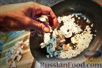 Фото приготовления рецепта: Холостяцкий ужин № 9. Горячие бутерброды с грибами под сыром - шаг №3