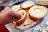 Фото приготовления рецепта: Холостяцкий ужин № 9. Горячие бутерброды с грибами под сыром - шаг №4