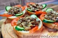 Фото приготовления рецепта: Холостяцкий ужин № 9. Горячие бутерброды с грибами под сыром - шаг №6