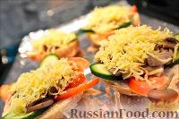 Фото приготовления рецепта: Холостяцкий ужин № 9. Горячие бутерброды с грибами под сыром - шаг №7
