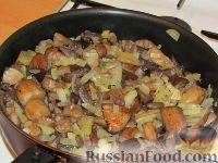 Фото приготовления рецепта: Картофельные оладьи с грибами и луком - шаг №2