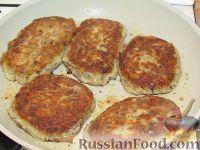Фото приготовления рецепта: Картофельные оладьи с грибами и луком - шаг №5