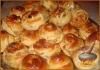Фото к рецепту: Праздничные плюшки с финиковой начинкой