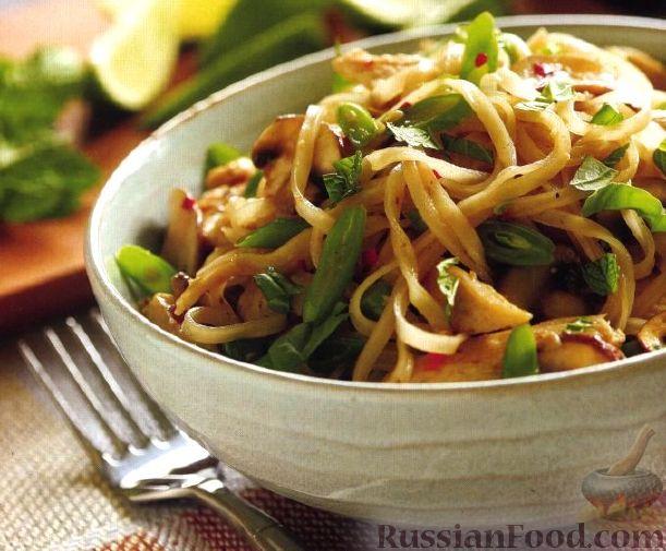 Фото к рецепту Рисовая лапша с тофу, зеленым луком и арахисом.