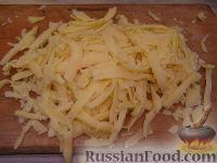 Фото приготовления рецепта: Макароны с грибами, ветчиной и помидорами под сыром - шаг №5