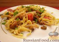 Фото к рецепту: Макароны с грибами, ветчиной и помидорами под сыром