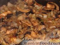 Фото приготовления рецепта: Грибы жареные с луком - шаг №4