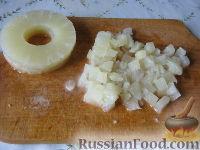 Фото приготовления рецепта: Салат из курицы с ананасами - шаг №7