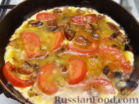 Фото приготовления рецепта: Овощной омлет с грибами - шаг №4