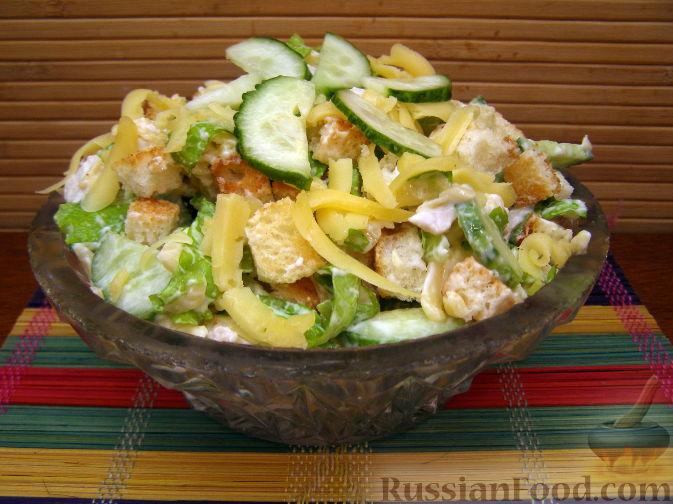 Как сделать салат с сухариками и куриной грудкой