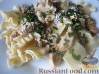 Фото приготовления рецепта: Паста с курицей в сливочно-сырном соусе - шаг №6