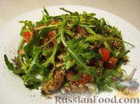 Фото к рецепту: Салат с рукколой, базиликом и грибами