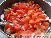 Фото приготовления рецепта: Курица с грибами и овощами в сметане - шаг №9