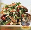 Фото к рецепту: Куриный салат с копченым беконом и голубым сыром