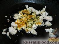 """Фото приготовления рецепта: Салат """"Подсолнух"""" с кукурузой и грибами - шаг №9"""