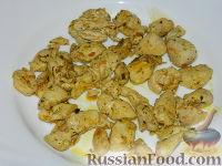 """Фото приготовления рецепта: Салат """"Подсолнух"""" с кукурузой и грибами - шаг №10"""