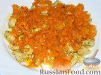 """Фото приготовления рецепта: Салат """"Подсолнух"""" с кукурузой и грибами - шаг №11"""