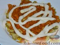 """Фото приготовления рецепта: Салат """"Подсолнух"""" с кукурузой и грибами - шаг №12"""