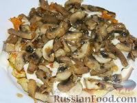 """Фото приготовления рецепта: Салат """"Подсолнух"""" с кукурузой и грибами - шаг №13"""