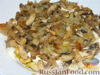"""Фото приготовления рецепта: Салат """"Подсолнух"""" с кукурузой и грибами - шаг №14"""