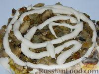 """Фото приготовления рецепта: Салат """"Подсолнух"""" с кукурузой и грибами - шаг №15"""