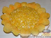 """Фото приготовления рецепта: Салат """"Подсолнух"""" с кукурузой и грибами - шаг №19"""