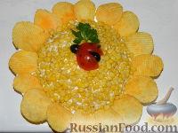 """Фото приготовления рецепта: Салат """"Подсолнух"""" с кукурузой и грибами - шаг №20"""
