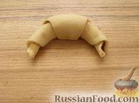 Фото приготовления рецепта: Домашние рогалики с повидлом - шаг №8