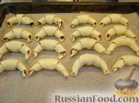 Фото приготовления рецепта: Домашние рогалики с повидлом - шаг №9