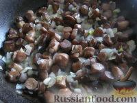 Фото приготовления рецепта: Теплый фасолевый салат с грибами и орехами - шаг №4