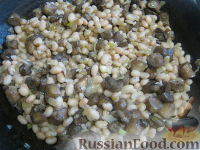 Фото приготовления рецепта: Теплый фасолевый салат с грибами и орехами - шаг №6