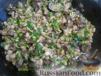 Фото приготовления рецепта: Теплый фасолевый салат с грибами и орехами - шаг №10