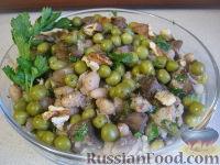 Фото приготовления рецепта: Теплый фасолевый салат с грибами и орехами - шаг №11