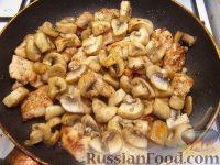 Фото приготовления рецепта: Грудка курицы со сливками и грибами - шаг №11