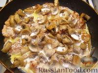 Фото приготовления рецепта: Грудка курицы со сливками и грибами - шаг №12