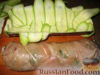 Фото приготовления рецепта: Куриный рулет с грибами в кабачке - шаг №3