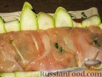 Фото приготовления рецепта: Куриный рулет с грибами в кабачке - шаг №4