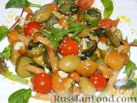 Фото к рецепту: Салат с маринованными опятами