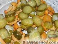 Фото приготовления рецепта: Салат с маринованными опятами - шаг №3