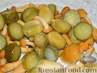 Фото приготовления рецепта: Салат с маринованными опятами - шаг №4