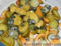 Фото приготовления рецепта: Салат с маринованными опятами - шаг №5