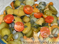 Фото приготовления рецепта: Салат с маринованными опятами - шаг №6