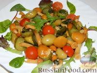 Фото приготовления рецепта: Салат с маринованными опятами - шаг №8