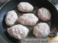 """Фото приготовления рецепта: Котлеты мясные """"Особые"""" с кабачками - шаг №8"""