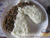"""Фото приготовления рецепта: Новогодний салат """"Лошадка"""" - шаг №16"""