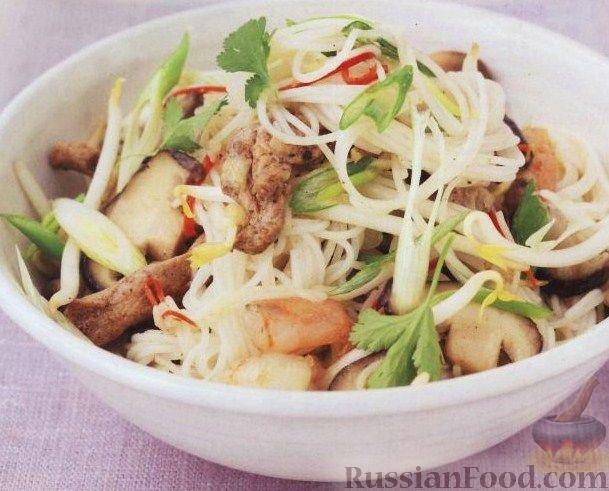 Фото к рецепту Рисовая лапша с мясом и креветками.