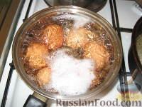 Фото приготовления рецепта: Запеченные яйца под томатным соусом с лососем - шаг №1