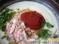 Фото приготовления рецепта: Запеченные яйца под томатным соусом с лососем - шаг №9