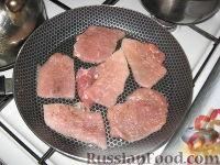 Фото приготовления рецепта: Свиные отбивные, запеченные под ананасами и сыром - шаг №3