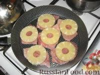 Фото приготовления рецепта: Свиные отбивные, запеченные под ананасами и сыром - шаг №4